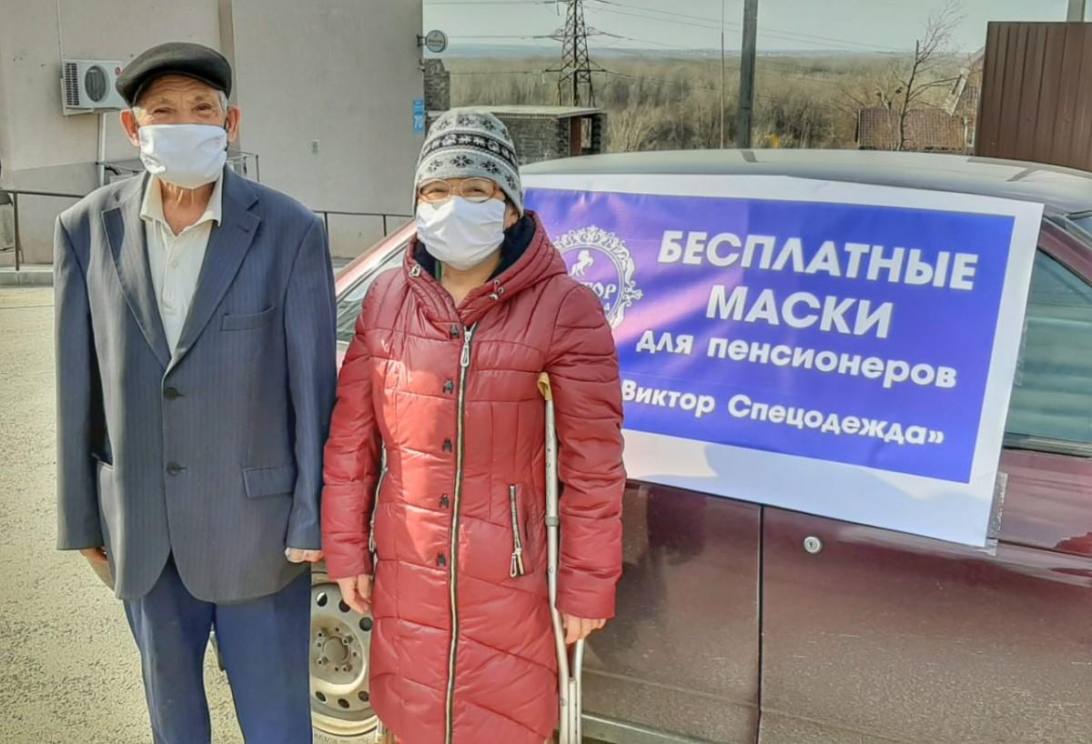 В Оренбурге предприниматель бесплатно раздает пенсионерам многоразовые маски